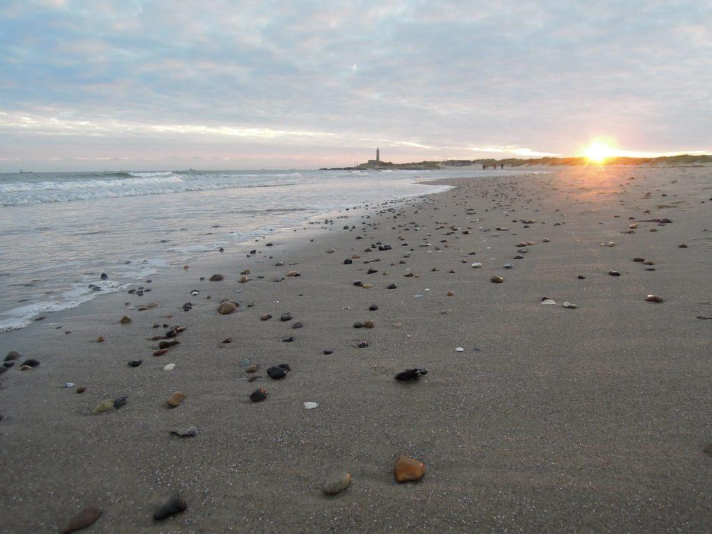 Dánské pobřeží s majákem